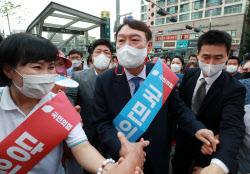 [포토]지지자들과 인사하는 윤석열 전 총장