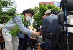 [포토]동자동 쪽방촌 주민들과 인사 나누는 이준석