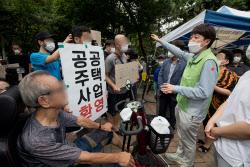 [포토]동자동 주민들과 대화하는 이준석 대표