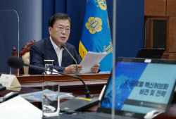 """文대통령 """"글로벌 백신허브 '자신감'…실패해도 문책 않도록""""(상보)"""
