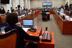 """탄소중립기본법 환노위 통과에…기업들 """"국민경제 부담"""" 반발(종합)"""