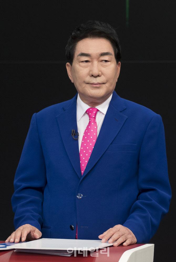 '토론회 준비하는 안상수'