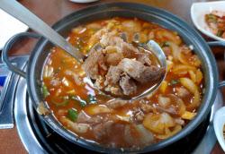 [미식로드] 찌개와 두루치기의 중간, 끓는 소리마저 맛있다