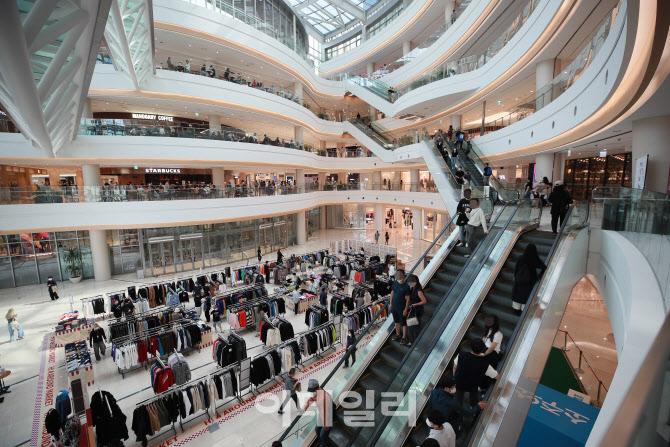 '쇼핑몰 찾은 시민들'