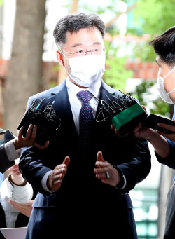 """[포토]화천대유 대주주 김만배, """"저희는 기본 퇴직금 5억원"""""""