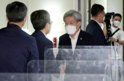 [포토]참석자들과 인사 나누는 고승범 위원장