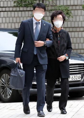 [포토]'요양급여 불법 수급' 석방 후 첫 재판 출석하는 윤석열 장모