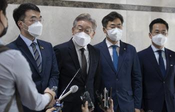 [포토]'취재진 질문에 답하는 이재명'