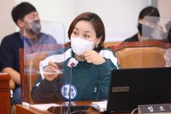 [포토]오징어게임 의상 입고 질의하는 임오경 더불어민주당 의원