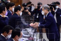 [포토]국정감사, '국민의힘 의원들과 인사하는 이재명'
