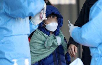 서울 신규 확진 76일 만에 300명대…백신 1차 접종률 79.2%