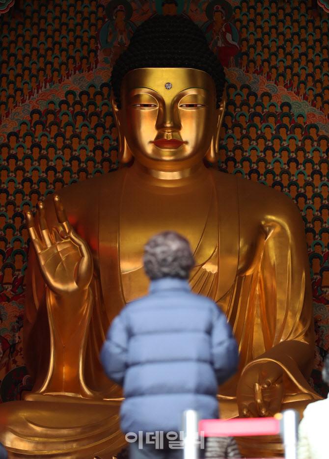 '부처님 앞에서 간절한 마음으로'
