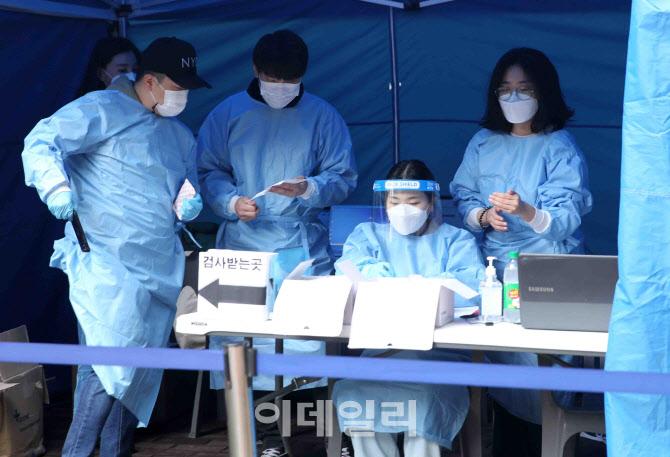 검사준비하는 의료진들