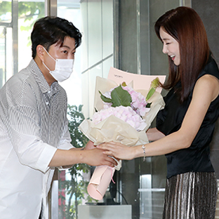 김호중 꽃다발, 누구?
