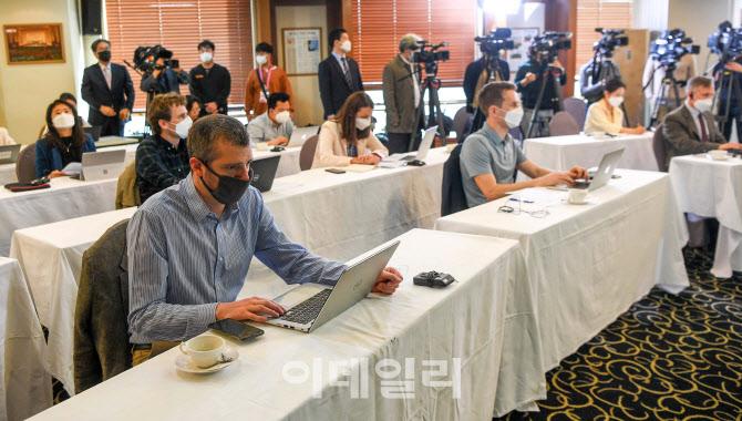 이명박-박근혜 전 대통령 사진 없는 미래통합당 회의실                                                                                                                         ...