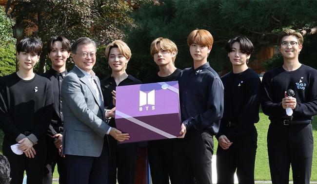 "BTS ""19년뒤 청년에 선물""..보라색 선물상자 받은 文대통령"