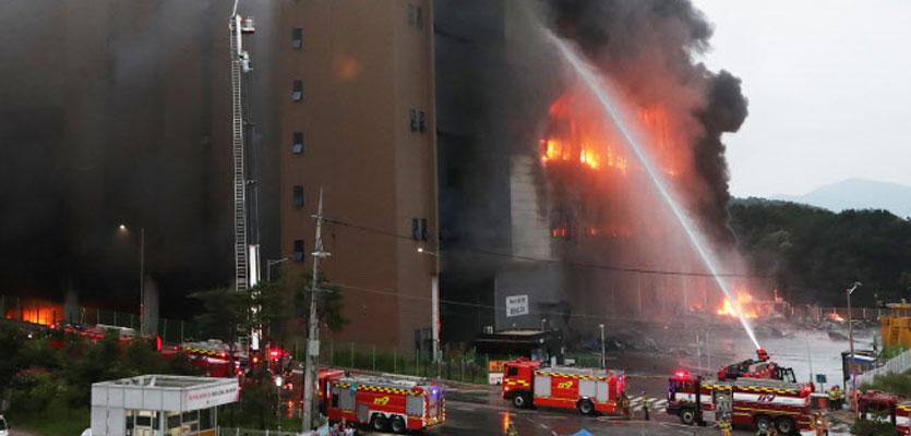 이천 쿠팡물류센터 불길 24시간째…건물 붕괴 우려도