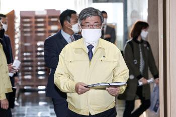 마스크 쓰고 입장하는 이재갑 고용노동부 장관