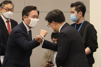 성윤모 장관, 섬유 산업 계 대표들과 인사