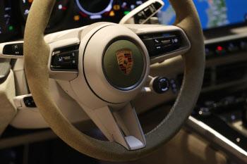 '다니엘 아샴 포르쉐 911'의 스티어링휠
