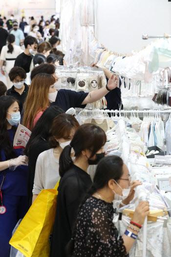 출산·육아 제품 살펴보는 관람객들