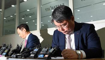 고개 떨구는 최종구 대표-김유상 전무