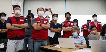 기자회견 바라보는 이스타항공 노조원들
