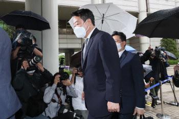 법원 출석하는 '인보사 의혹' 이웅열 전 코오롱 회장