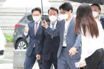 '인보사 의혹' 이웅열 전 코오롱 회장, 법원 출석