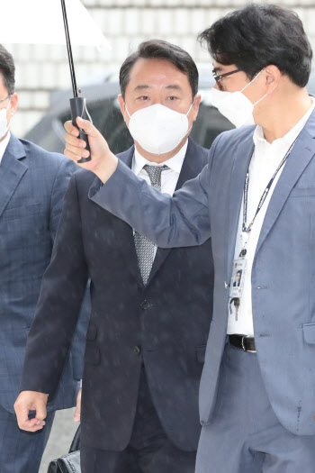 '인보사 의혹' 구속 갈림길에 선 이웅열 전 회장