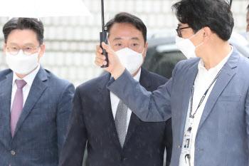 '인보사 사태' 이웅열 전 코오롱 회장, 법원 출석