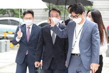 법원 출석하는 이웅열 전 코오롱 회장