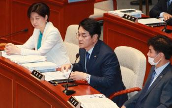 예결위 전체회의, '인사말하는 박용진 의원'