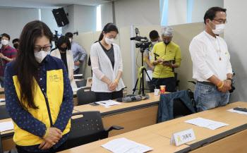 희생자들을 위해 묵념하는 세월호 참사 유가족들