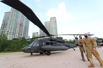 한강공원에 비상착륙한 미군 소속 헬리콥터