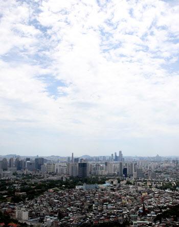 구름 사이 파란 하늘
