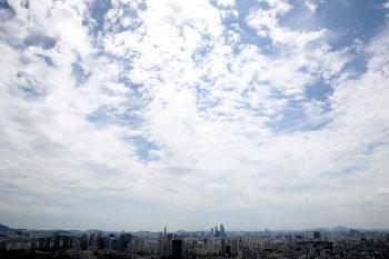 구름 사이 맑은 하늘