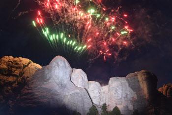미국 '큰 바위 얼굴' 상공의 불꽃놀이