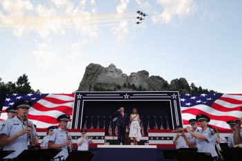 미국 독립기념일 행사 참석한 트럼프 대통령 부부