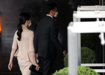 정기선 부사장 결혼식 참석하는 정대선·노현정 부부