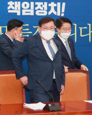 원내대책회의 참석하는 김태년