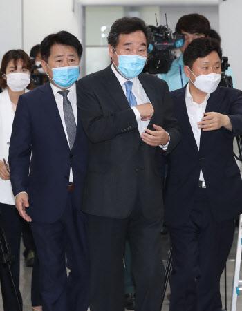 소통관 들어서는 이낙연, '당대표 출마 기자회견'