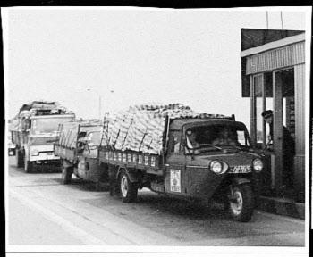 톨게이트 통과하는 삼륜화물차량
