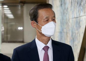 김장수 전 국가안보실장, 항소심 선고 공판 출석