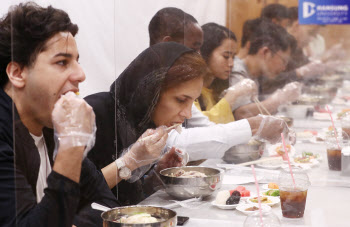 삼계탕 맛보는 외국인 유학생들