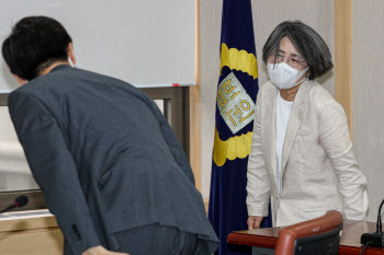 참석자들과 인사하며 입장하는 김영란 위원장