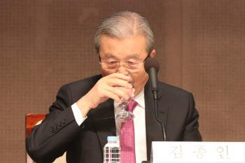 물 마시는 김종인 비대위원장