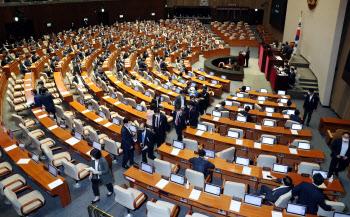 임대차보호법 본회의 통과…통합당, 항의 표시로 표결 불참