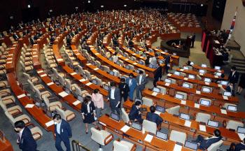 미래통합당 항의 표시로 표결 불참 속, 임대차보호법 본회의 통과