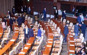 본회의장 떠나는 미래통합당, 임대차보호법 통과